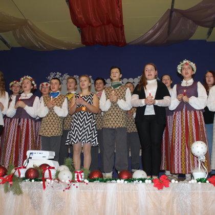 Ar skaistu un sirsnīgu koncertu un dāvānām senioriem mūs priecēja Augstkalnes vsk.skolēni un skolotāji.